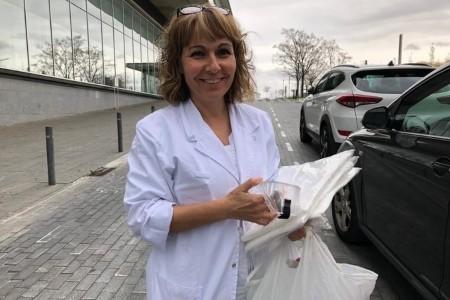 L'Escola Sant Gervasi entrega material a l'Hospital de Mollet
